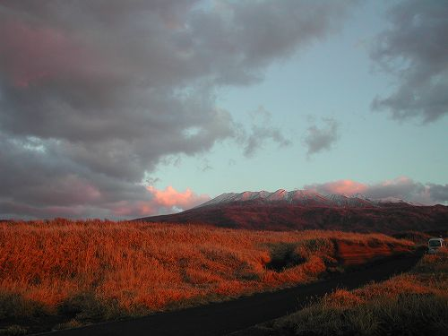 雪を纏った雄山がオレンジ色に染まりました。.jpg